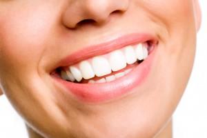 importancia de una buena higiene dental mujer sonriendo